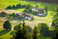 Deutschland, Bayern, Oberpfalz, Naturpark Oberer Bayerischer Wald, Koetztinger Land, Bad Koetzting: Bauernhoefe | Germany, Bavaria, Upper Palatinate, Nature Park Upper Bavarian Forest, Bad Koetzting: farmhouses