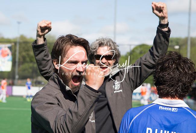 BLOEMENDAAL  -   Vreugde bij coach Alexander Cox (Kampong) na   de play offs heren hoofdklasse Bloemendaal-Kampong (0-2) . Kampong plaatst zich voor de finale. Op de achtergrond manager Wouter Scheffers.  COPYRIGHT KOEN SUYK