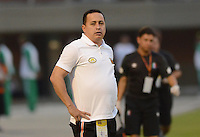 ENVIGADO -COLOMBIA-09-04-2015. Juan Carlos Sanchez técnico de Envigado FC gesticula durante el encuentro con Once Caldas  por la fecha 14 de la Liga Águila I 2015 realizado en el Polideportivo Sur de la ciudad de Envigado./ Juan Carlos Sanchez coach of Envigado FC gestures during match against Once Caldas for the 14th date of the Aguila League I 2015 at Polideportivo Sur in Envigado city.  Photo: VizzorImage/León Monsalve/STR