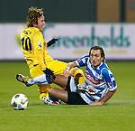 Nederland, Zwolle, 30 november 2012.Seizoen 2012-2013 .Eredivisie .PEC Zwolle-VVV Venlo.Joost Broerse (r.) van PEC Zwolle en Robert Cullen (l.) van VVV Venlo strijden om de bal.