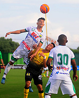 BARRANCABERMEJA -COLOMBIA, 16-04-2017:  Alex Castro (Der) jugador de Alianza Petrolera disputa el balón con Luciano Ospina (Izq) de Atlético Huila  durante encuentro fecha 13 de la Liga Aguila I 2017 disputado en el estadio Daniel Villa Zapata de la ciudad de Barrancabermeja. / Alex Castro (R) player of Alianza Petrolera fights for the ball with Luciano Ospina (L) player of Atletico Huila  during match valid for the date 13 of the Aguila League I 2017 played at Daniel Villa Zapata stadium in Barrancabermeja city.. Photo: VizzorImage / Jose Martinez / Cont
