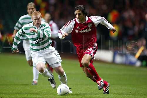 25.11.2003 Roque Santa Cruz (Bayern) challenges Neil Lennon (Celtic Glasgow);  Champions League 2003/2004, Celtic Glasgow versus FC Bayern Munich 0:0,