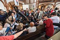 Gottesdienst der Evangelischen Kirchengemeinde Prenzlauer Berg Nord am Freitag den 13. Juli 2018 in der Gethsemanekirche in Berlin, bei dem des 2017 verstorbenen chinesischen Friedensnobelpreistraegers Liu Xiaobo gedacht wird. Urspruenglich sollte auch fuer die Freilassung der Witwe von Liu Xiaobo gebetet werden. Anfang der Woche wurde die Kuenstlerin und Autorin Liu Xia nach acht Jahren aus ihrem Hausarrest entlassen und flog nach Deutschland.<br /> Mit anwesend bei dem Gottesdienst waren der Liedermacher Wolf Biermann und die Schriftstellerin Herta Mueller sowie die Autorin und Vorsitzende des PEN Centers in Taipei Tienchi Martin-Liao und der chinesische Schriftsteller Liao Yiwu. Biermann und Mueller gehoeren zu einer Gruppe von Unterstuetzern, die sich fuer die Ausreise Liu Xias einsetzten.<br /> Im Bild: Journalisten bestuermen den chinesischen Musiker Liao Yiwu (links) und den Pulitzerpreistraeger Ian Johnson (rechts).<br /> 13.7.2018, Berlin<br /> Copyright: Christian-Ditsch.de<br /> [Inhaltsveraendernde Manipulation des Fotos nur nach ausdruecklicher Genehmigung des Fotografen. Vereinbarungen ueber Abtretung von Persoenlichkeitsrechten/Model Release der abgebildeten Person/Personen liegen nicht vor. NO MODEL RELEASE! Nur fuer Redaktionelle Zwecke. Don't publish without copyright Christian-Ditsch.de, Veroeffentlichung nur mit Fotografennennung, sowie gegen Honorar, MwSt. und Beleg. Konto: I N G - D i B a, IBAN DE58500105175400192269, BIC INGDDEFFXXX, Kontakt: post@christian-ditsch.de<br /> Bei der Bearbeitung der Dateiinformationen darf die Urheberkennzeichnung in den EXIF- und  IPTC-Daten nicht entfernt werden, diese sind in digitalen Medien nach §95c UrhG rechtlich geschuetzt. Der Urhebervermerk wird gemaess §13 UrhG verlangt.]