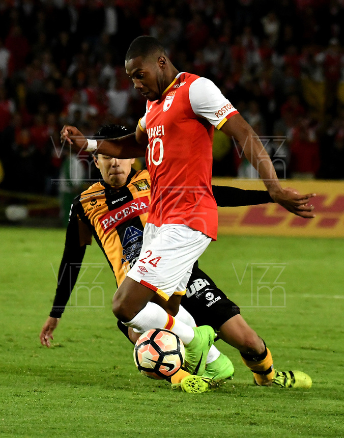 BOGOTA - COLOMBIA - 23 - 05 - 2017: Damir Ceter (Der.) jugador de Independiente Santa Fe, disputa el balón con Raul Castro (Izq.) jugador de The Strongest, durante partido entre Independiente Santa Fe de Colombia y The Strongest de Bolivia, de la fase de grupos, grupo 2, fecha 6 por la Copa Conmebol Libertadores Bridgestone 2017, en el estadio Nemesio Camacho El Campin, de la ciudad de Bogota. / Damir Ceter (R) player of Independiente Santa Fe, fights for the ball with Raul Castro (L) player of The Strongest during a match between Independiente Santa Fe of Colombia and The Strongest of Bolivia, of the group stage, group 2 of the date 6th, for the Conmebol Copa Libertadores Bridgestone 2017 at the Nemesio Camacho El Campin in Bogota city. VizzorImage / Luis Ramirez / Staff.