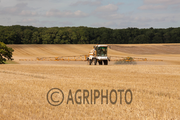 Knight self propelled sprayer applying Glyphosate to wheat stubble prior to drilling with oilseed rape