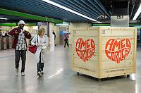 SAO PAUO, SP, 17 DE JULHO DE 2013 - AME O CORACAO - Caixote equipado com sistema sonoro iterno, que reproduz o som das batidas do coração, é visto na noite desta terça feira, 16, na estação Clínicas do Metro. O objeto faz parte de uma campaha  prmovida pela Becel e pelo Hospital do Coração, HCor, para prevenção de doenças cardíacas, e dica para a saúde do coração. (FOTO: ALEXANDRE MOREIRA / BRAZIL PHOTO PRESS)