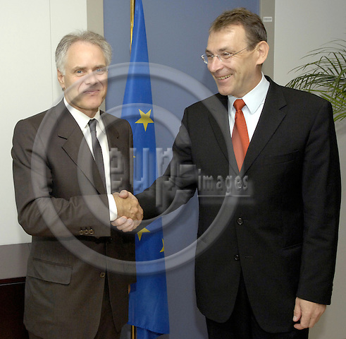 Brussels-Belgium - 10 July 2006---Andris PIEBALGS (ri), European Commissioner in charge of Energy, receives Moritz LEUENBERGER (le), President of the Swiss Confederation and Head of the Federal Department of Transport, Communications and Energy---Photo: Horst Wagner/eup-images