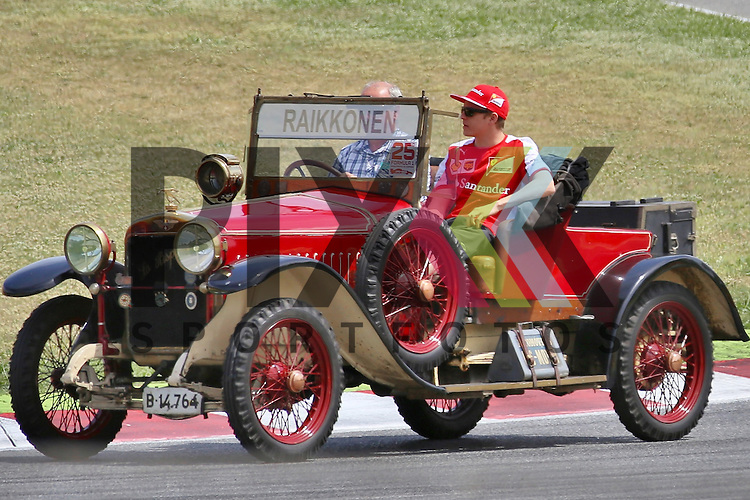 Barcelona, 10.05.15, Motorsport, Formel 1 GP Spanien 2015, Fahrerparade : Kimi R&auml;ikk&ouml;nen (Ferrari SF15-T, #07)<br /> <br /> Foto &copy; P-I-X.org *** Foto ist honorarpflichtig! *** Auf Anfrage in hoeherer Qualitaet/Aufloesung. Belegexemplar erbeten. Veroeffentlichung ausschliesslich fuer journalistisch-publizistische Zwecke. For editorial use only.