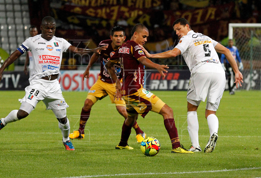 MANIZALES -COLOMBIA, 10-08-2013. Mauricio Casierra (I) y Camilo Andrés Ceballos (D) de Once Caldas disputa el balón con Mosquera Córdoba (C) del Tolima durante partido válido por la fecha 3 de la Liga Postobón II 2013 jugado en el estadio Palogrande de la ciudad de Manizales / Once Caldas Players  Mauricio Casierra (L) and Camilo Andrés Ceballos (R) fights for the ball with Tolima  player Mosquera Cordoba  (C) during match valid for the third date of the Postobon  League II 2013 at Palogrande stadium in Manizales city. Photo: VizzorImage/Yonboni/STR