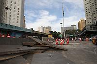 SAO PAULO, SP, 02/05/2014, MANUTENCAO GRELHAS. Nessa sexta-feira (2), a prefeitura de Sao Paulo esta trocando as grelhas para escuo de aguas de chuvas, na entrada do tunel do vale do Anhagabau. As grelhas antigas eram de ferro o que causava varios acidentes, ja as novas estruturas sao de aco revestidas de concreto e foram importadas da Alemanha. LUIZ GUARNIERI/BRAZIL PHOTO PRESS./05/2013, XXXXXXX. Xxxxxxxxxxxx. LUIZ GUARNIERI/BRAZIL PHOTO PRESS.