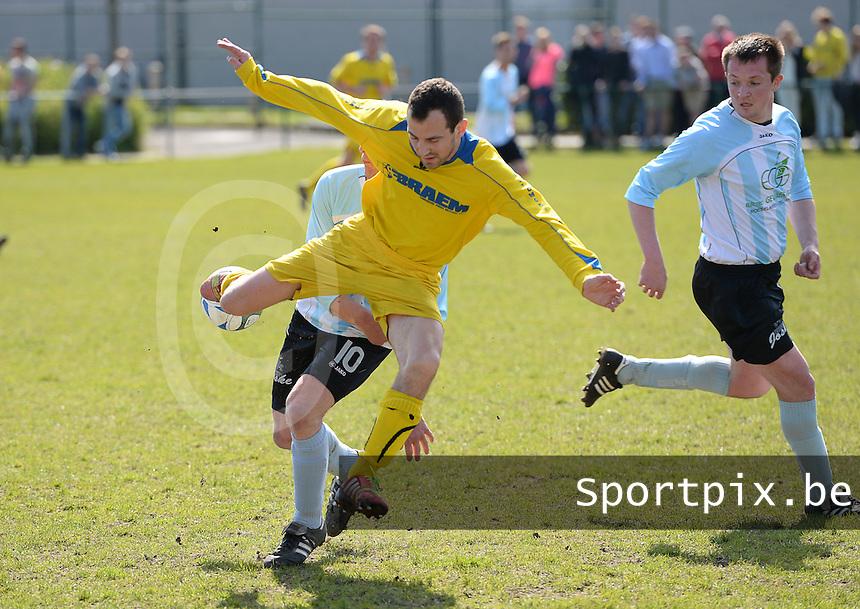 SVD Kortemark - SK Westrozebeke : duel tussen Zouhir Boucherim (geel) en Maarten Bulckaen (links) <br /> foto VDB / BART VANDENBROUCKE
