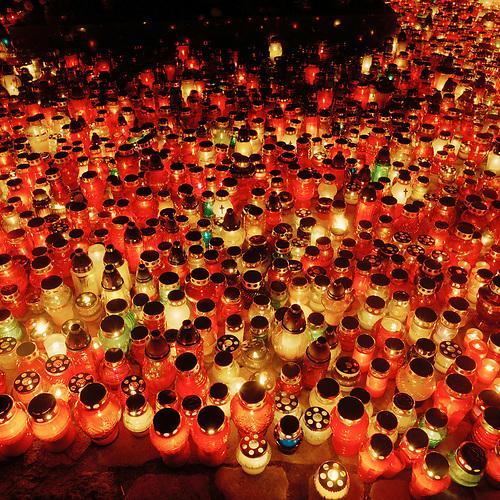 Kerzen illuminieren den Friedhof Lostowicki (Cmentarz Lostowicki) in Danzig (Gda?sk) an Allerheiligen (01.11.2004) / All Saints' Day in Gdansk, Graveyard  Lostowicki
