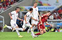 FUSSBALL WM 2014  VORRUNDE    Gruppe B     Spanien - Chile                           18.06.2014 Fernando Torres (re, Spanien) ist gegen Gary Medel, Marcelo Diaz und Francisco Silva (v.l., alle Chile)
