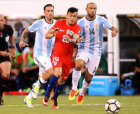 NEW JERSEY - UNITED STATES, 26-06-2016: Javier Mascherano (Der) jugador de Argentina (ARG) disputa el balón con Charles Aranguiz? (Izq) jugador de Chile (CHI) durante partido por la final de la Copa América Centenario USA 2016 jugado en el estadio Metlife en New Jersey, NJ, USA. /  Javier Mascherano (R) player of Argentina (ARG) fights the ball with Charles Aranguiz (L) player of Chile (CHI) during match for the final of the Copa América Centenario USA 2016 played at Metlife stadium in New Jersey, NJ, USA. Photo: VizzorImage/ Luis Alvarez /Str