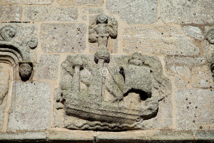 France, Finistère (29), Roscoff, église Notre-Dame de Kroaz-Batz, au-dessus du porche Ouest, ex-voto sculpté représentant un bateau // France, Finistere, Roscoff, Church Notre Dame of Kroaz-Batz, above the west porch, sculptured ex-voto representing a boat