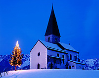 Oesterreich, Salzburger Land, Bischofshofen: Filialkirche auf dem Buchberg mit Weihnachtsbaum zur Abenddaemmerung | Austria, Salzburger Land, Bischofshofen: Filial-Church and Christmas tree at dusk at the Buch mountain