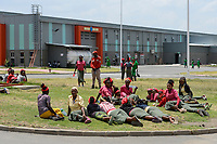 ETHIOPIA , Southern Nations, Hawassa or Awasa, Hawassa Industrial Park, chinese-built for the ethiopian government to attract foreign investors with low rent and tax free to establish a textile industry and create thousands of new jobs, taiwanese company Everest Textile Co. Ltd. , women having breaking during lunch time / AETHIOPIEN, Hawassa, Industriepark, gebaut durch chinesische Firmen fuer die ethiopische Regierung um die Hallen fuer Textilbetriebe von Investoren zu vermieten, taiwanesische Firma Everest Textile Co. Ltd., Frauen gehen zur Kantine in der Mittagspause