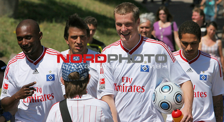 1.Liga FBL 2009/2010 HSV-Trainingsvorbereitung <br /> <br /> <br /> Gute Laune bei Collin Benjamin (Nr.30) links, Torwarttrainer Claus Reitmaier, Marcell Jansen (Nr.7) und Paolo Guerrero (Nr.9) umringt von Fans und Autogrammj&auml;gern.<br /> <br /> <br /> <br /> Foto &copy; nph (nordphoto)<br /> <br /> *** Local Caption ***