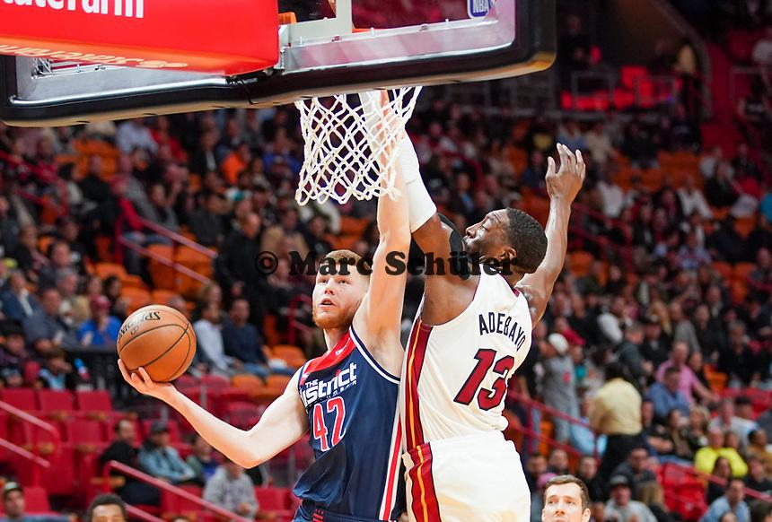 David Bertans (F, Washington Wizards, #42) gegen Bam Adebayo (C/F Miami Heat, #13) - 22.01.2020: Miami Heat vs. Washington Wizards, American Airlines Arena