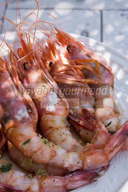 Europe/France/2A/Corse du Sud/ Murtoli:  Gambas grillées au Restaurant de  plage du Domaine de Murtoli dans la vallée de l'Ortolo  sur le Golfe de Roccapina- Les anciennes  bergeries ont étées transformées en maison d'hôtes - Hôtellerie de luxe