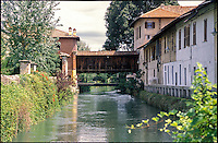 Gorgonzola, paese a est di Milano. Il vecchio ponte coperto in legno sul Naviglio Martesana --- Gorgonzola, small village east of Milan. The old covered wooden bridge over the Naviglio Martesana canal