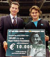 19-02-2005,Rotterdam, ABNAMROWTT ,Donatie voor het Federer Foundation