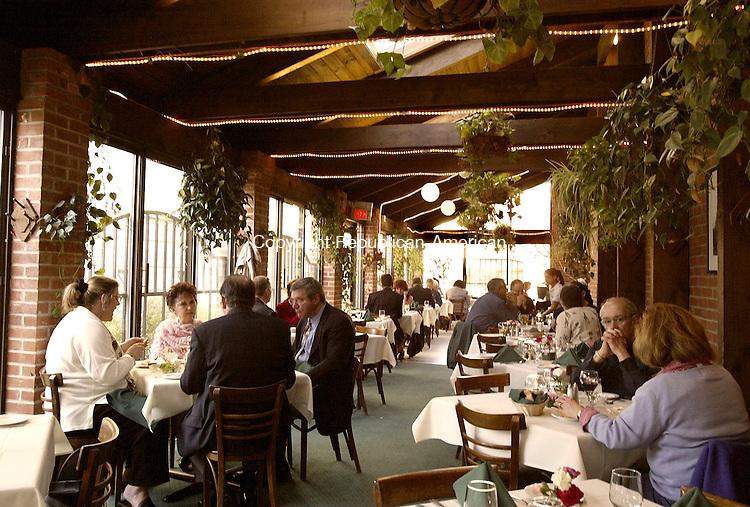 WATERBURY, CT- 15 APRIL 2005-041505JS13--Patron's dine at Drescher's in Waterbury on Friday evening. Drescher's is the oldest eatery in Waterbury.   --- Jim Shannon Photo--David Walsch, Waterbury, Drescher's   are CQ