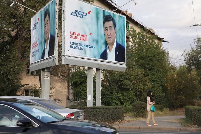 Wahlkampagne von Sooronbay Jeenbekow.<br />Am Sonntag, 15.10.2017, wird in Kirgistan ein neuer Pr&auml;sident gew&auml;hlt. Der sozialdemokratische Kandidat Sooronbay Jeenbekow wird vom jetzigen Pr&auml;sidenten unterst&uuml;tzt, w&auml;hrend der Unternehmer Omurbek Babanow seine Wahlkampagne mit eigenen Mitteln finanziert.