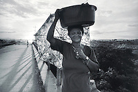 Woman of the movement MST  on the road, selling vegetables and other food, returning from work on 17 April, 1998  at transamazonica in ELdorado dos Carajas south of Pará, northern Brazil. -  Photo by Paulo Amorim