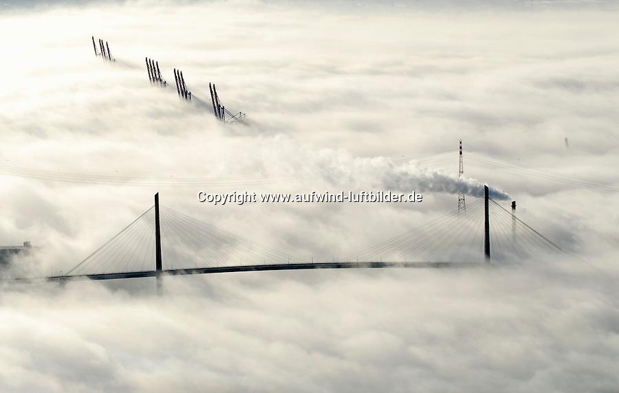 4415/Nebel im Hafen: EUROPA, DEUTSCHLAND, HAMBURG 25.12.2005: Nebel im Hamburger Hafen, die Koehlbrandbruecke und die Ladekraene des Container Terminal Altenwerder schauen aus dem Nebel, Der Schornstein der Muellverbrennungsanlage MVR dampft oberhalb des Nebels.