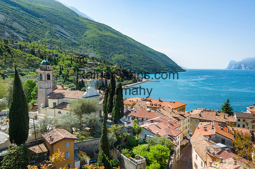 Italy, Trentino, Lake Garda, Torbole: resort on North bank of lake Garda with church Sant'Andrea | Italien, Trentino, Gardasee, Torbole: Urlaubsort am Nordurfer mit Kirche Sant'Andrea
