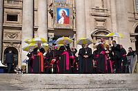 Vaticano, 30 Aprile, 2015. Vescovi in Piazza San Pietro assistono all'udienza generale di Papa Francesco.