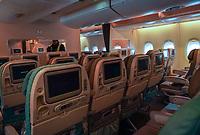 Economy Class des A380 von Singapore Airlines auf dem Frankfurter Flughafen - Frankfurt 23.10.2019: Schüler machen Zeitung bei Singapore Airlines