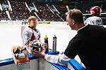 Stockholm 2013-12-28 Ishockey Hockeyallsvenskan Djurg&aring;rdens IF - Almtuna IS :  <br /> Almtuna m&aring;lvakt Erik Hanses ser glad ut inf&ouml;r straffl&auml;ggningen och efter att ha r&auml;ddat en straff under sudden death <br /> (Foto: Kenta J&ouml;nsson) Nyckelord:  glad gl&auml;dje lycka leende ler le jubel gl&auml;dje lycka glad happy