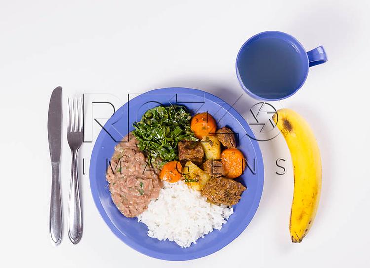 Merenda escolar com arroz, feijão, couve, carne cozida com cenoura e batata, um copo de suco e banana de sobremesa, São Paulo - SP, 04/2014.