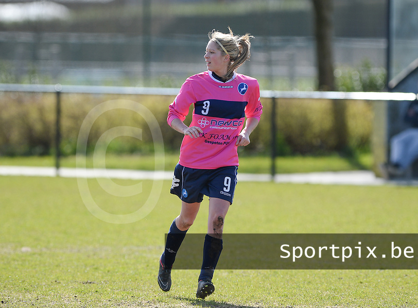 20160328 - Zwevezele , BELGIUM : Turnhout's Larissa Van Gils (9) pictured during the soccer match between the women teams of Voorwaarts Zwevezele and FC Turnhout  , on the 20th matchday of the Belgian Third division for Women on Saturday 28 th March 2016 in Zwevezele .  PHOTO SPORTPIX.BE DAVID CATRY