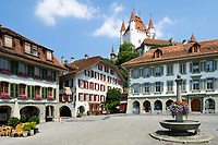 CHE, Schweiz, Kanton Bern, Berner Oberland, Thun: Altstadt mit Schloss Thun, Hotel Metzgern, Ratsstuebli und Burgerhaus am Rathausplatz | CHE, Switzerland, Bern Canton, Bernese Oberland, Thun: Old Town with castle Thun, hotel Metzgern, Ratsstuebli and Burgerhaus at Townhall Square