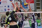 17.01.2018,  Lueneburg GER, VBL, SVG Lueneburg vs Bergische Volleys Solingen im Bild Florian Krage (Lueneburg #2) und  Raymond Szeto (Lueneburg #05) versuchen sich gegen Samuel Boehm (Solingen #04) durchzusetzen/ Foto © nordphoto / Witke