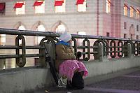 SÃO PAULO,SP, 20.06.2016 - CLIMA-TEMPO -  Mulher se protege do frio no Viaduto do Chá na região central de São Paulo na noite desta segunda-feira, 20. (Foto: Adailton Rodrigues/Brazil Photo Press)
