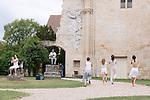 Infinun.e<br /> <br /> Fanny Vignals direction artistique et chor&eacute;graphie&nbsp;; Alberto Carretero composition et direction musicale&nbsp;; Marta Capaccioli, Justine Lebas, Raoul Riva, Marie Simon danse&nbsp;; Ahmed Amine Ben Feguira, Nicolas Garnier, Clotilde Rullaud musique&nbsp;; Elsa Marquet-Lienhart musique et danse<br /> Abbaye de Royaumont - Ruines de l&rsquo;abbatiale<br /> 25/08/2018