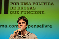 """ATENÇÃO EDITOR: FOTO EMBARGADA PARA VEÍCULOS INTERNACIONAIS. SAO PAULO, 18 DE SETEMBRO DE 2012 - REDE PENSE LIVRE POLITICA DE DROGAS - O diretor do documentário """"Quebrando o Tabu"""", Fernando Grostein durante apresentacao de programa da Rede """"Pense Livre - por uma politica de drogas que funcione"""" no auditorio do Itau Cultural, Avenida Paulista, na noite desta terca feira. FOTO: ALEXANDRE MOREIRA - BRAZIL PHOTO PRESS"""