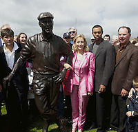 Tracey Stewart unveils a statue to her late husband Payne at Waterville Golf Club yesterday with on right Tiger Woods and Mark O'Meara.<br /> Picture by Kevin Coleman