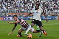 SÃO PAULO, SP, 28 DE JULHO DE 2013 - CAMPEONATO BRASILEIRO - CORINTHIANS x SÃO PAULO: Roni (e) e Edenilson (d) durante partida Corinthians x São Paulo, válida pela 9ª rodada do Campeonato Brasileiro de 2013, disputada no estádio do Pacaembu em São Paulo. FOTO: LEVI BIANCO - BRAZIL PHOTO PRESS.