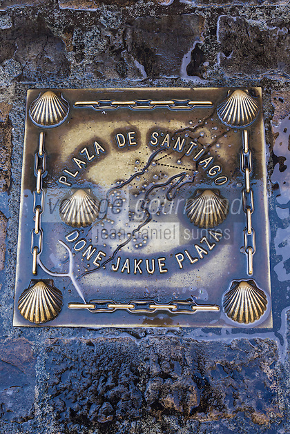 Espagne, Navarre, Pampelune: Place de Santiago  , plaque Route de Saint-Jacques-de-Compostelle //  Spain, Navarre, Pamplona: Santiago , Way of St. James