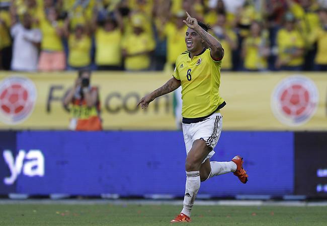 Edwin Cardona celebra tras anotar el segundo gol contra Peru  en el Estadio Metropolitano Roberto Melendez de Barranquilla el  8 de octubre de 2015.<br /> <br /> Foto: Archivolatino<br /> <br /> COPYRIGHT: Archivolatino<br /> Prohibido su uso sin autorizaci&oacute;n.