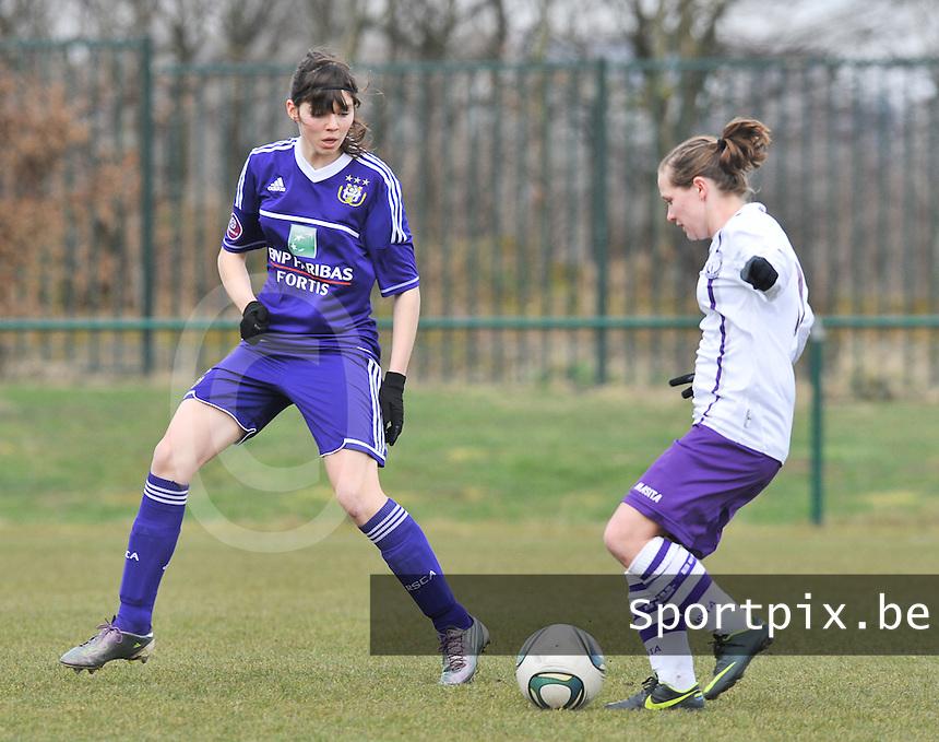 RSC Anderlecht Dames - Beerschot : spurtduel tussen Julie Van Gysel (links) en Marte Van De Wouw.foto DAVID CATRY / Vrouwenteam.be
