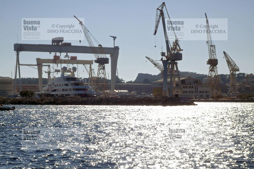 - southern France , shipyards of La Ciotat; almost disused, are occasionally utilized as movie set<br /> <br /> - Francia del sud, cantieri navali di La Ciotat; pressoch&egrave; abbandonati, vengono saltuariamente utilizzati come set cinematografico
