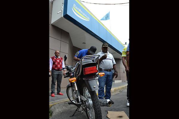 Asalto Banreservas de la avenida Mella..Foto: Ariel Díaz-Alejo/acento.com.do.Fecha: 09/03/2013.