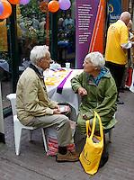 Ouderen praten met elkaar tijdens de Ouderendag in de Stopera in Amsterdam
