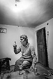Anastas, Sänger und Hirte in seinem Wohnzimmer, Selta, Shpati, 2013, Strom wird  in Albanien hauptsächlich aus Wasserkraft gewonnen. Zu kommunistischen Zeiten wurde das Land elektrifiziert. Die Infrastruktur kann aber mit dem hohen Verbrauch heutzutage nicht mithalten
